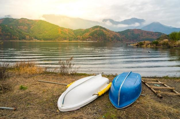 Bateaux sur le lac kawaguchiko, japon Photo gratuit