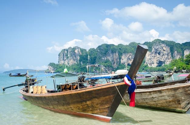 Bateaux à longue queue sur la plage de railay à krabi, en thaïlande. Photo Premium