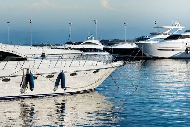 Bateaux à moteur de luxe ou yachts amarrés dans une marina Photo Premium