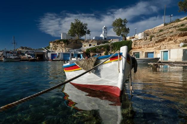 Bateaux De Pêche Amarrés Dans L'eau De Mer Turquoise Cristalline Dans Le Port De Village De Pêcheurs Grec De Mandrakia, île De Milos, Grèce. Photo Premium