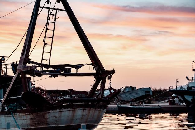 Bateaux de pêche dans le port de pêche Photo Premium