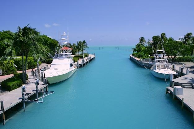 Bateaux de pêche des keys de floride dans la voie navigable turquoise Photo Premium