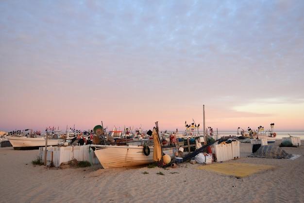 Bateaux de pêche sur la plage de monte gordo, algarve, portugal Photo Premium