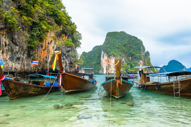 Bateaux à la thaïlandaise sur des rochers dans la province de krabi Photo Premium