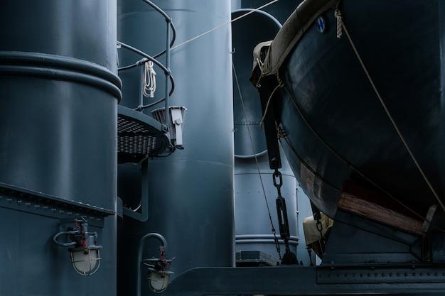 Bateaux vintage de la vie sur le navire militaire en métal bleu Photo Premium