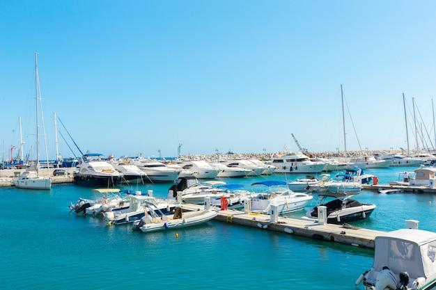 Bateaux à voile au port de plaisance Photo Premium