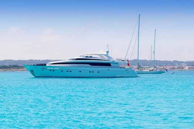 Bateaux yacht et voiliers jettent l'ancre à formentera illetas Photo Premium