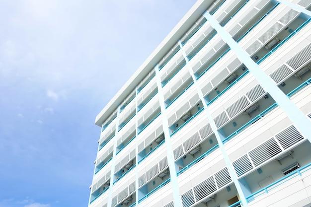 Bâtiment de condominiums et fond de ciel bleu Photo Premium
