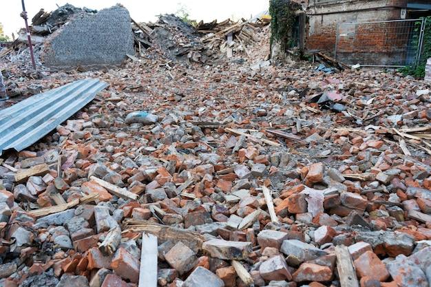 Bâtiment Démantelé. Une Montagne De Briques. Destruction De Bâtiments. Photo Premium
