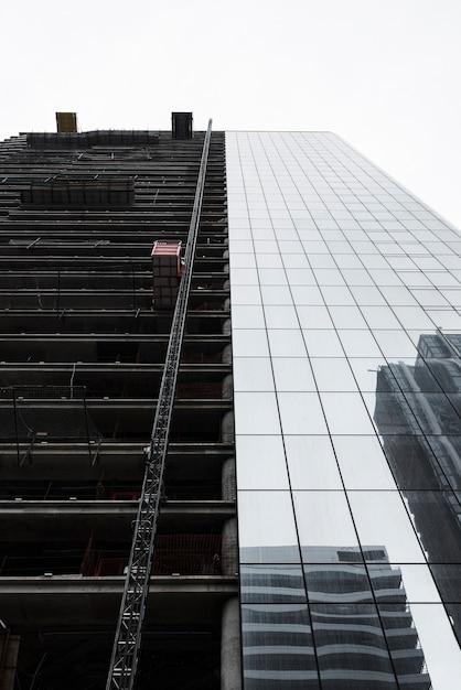 Bâtiment à faible angle en construction Photo gratuit
