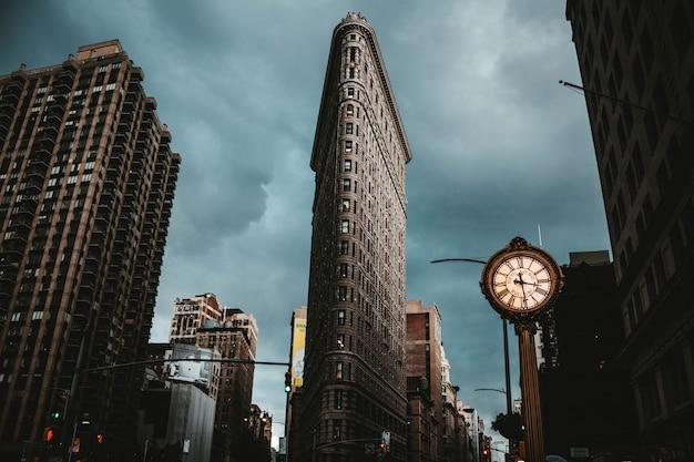 Le Bâtiment Flatiron à New York Tourné à Partir D'un Angle Faible Photo gratuit