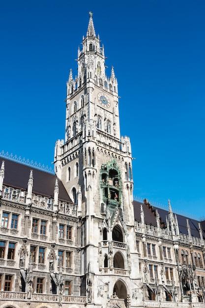 Bâtiment De L'hôtel De Ville Médiéval Avec Des Flèches Munich Allemagne. Photo Premium