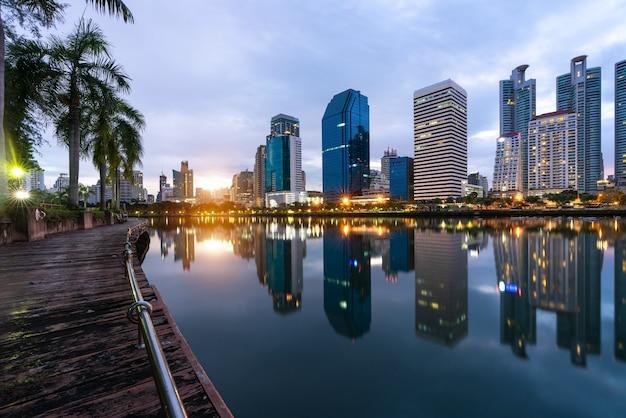 Bâtiment moderne d'affaires de bureau de bangkok dans la zone d'affaires. Photo Premium