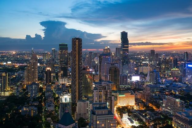 Bâtiment moderne dans le quartier des affaires de bangkok à la ville de bangkok avec skyline dans la nuit, thaïlande. Photo Premium