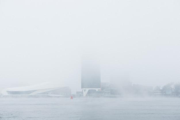 Un Bâtiment Mystérieux Dans Le Brouillard Photo gratuit