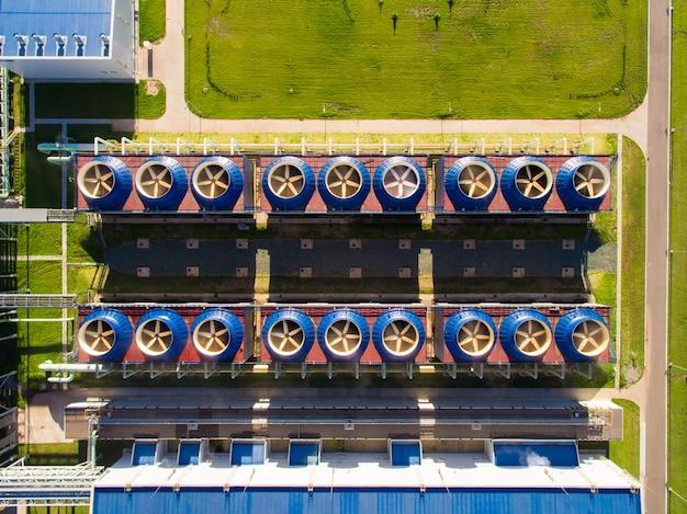 Bâtiment de tour de refroidissement avec station de pompage en bas dans une centrale électrique Photo Premium