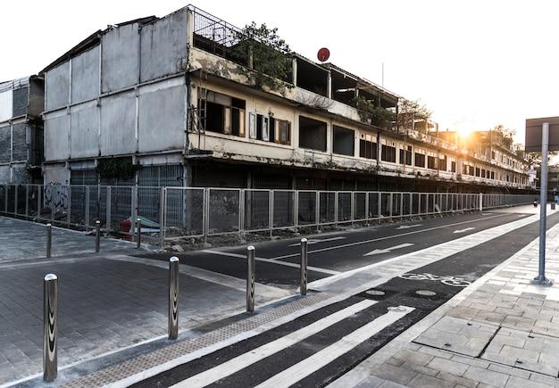 Bâtiments abandonnés par une piste cyclable Photo gratuit