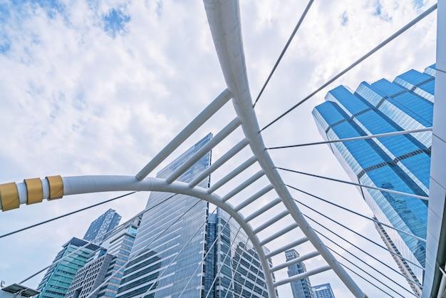 Bâtiments et architecture de skywalk sur nuages du ciel - place du centre-ville de bangkok. Photo Premium