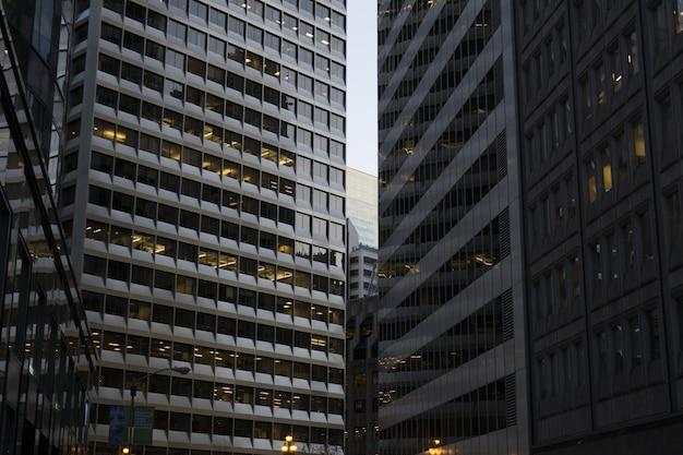 Bâtiments Commerciaux De La Ville Les Uns à Côté Des Autres Photo gratuit