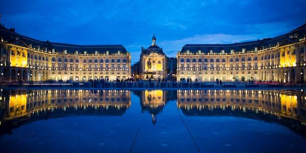 Bâtiments De L'heure Bleue Dans Le Miroir D'eau En Face De La Place De La Bourse à Bordeaux Photo Premium