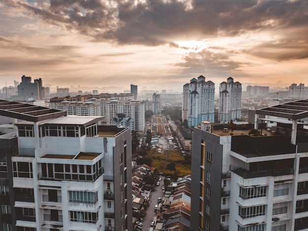 Bâtiments De Kuala Lumpur Sous Un Ciel Nuageux En Malaisie Photo gratuit