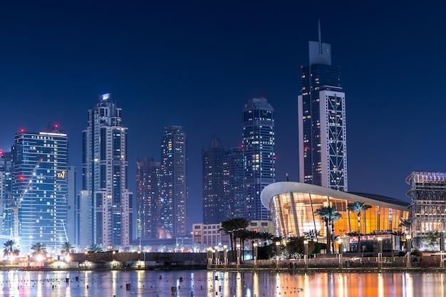 Bâtiments modernes étonnants à la nuit Photo gratuit