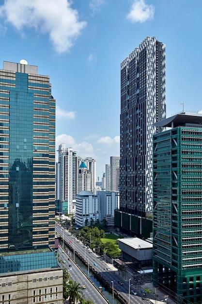 Les bâtiments modernes des gratte-ciel de la ville Photo Premium