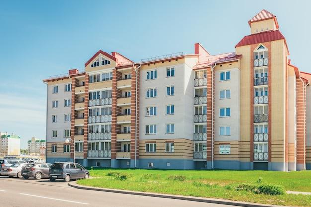 Bâtiments Résidentiels Avec Balcons Dans La Ville, Développement Urbain D'immeubles D'habitation. Ostrovets, Biélorussie Photo Premium
