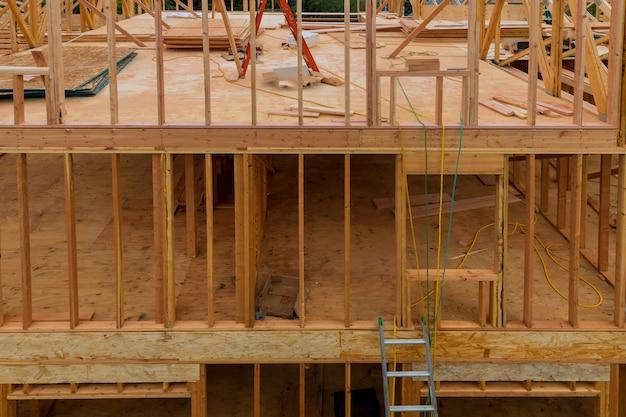 Bâton de poutre construit cadre d'une nouvelle maison en construction Photo Premium