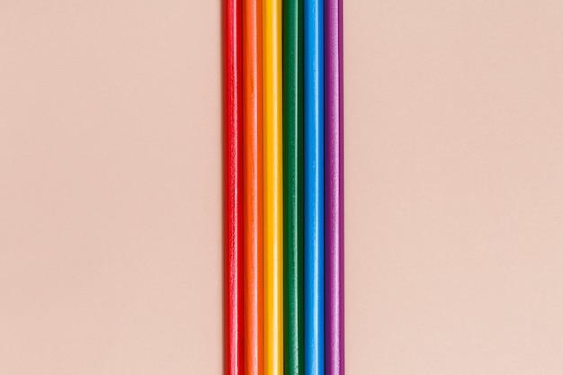 Bâtons arc-en-ciel multicolores sur fond beige Photo gratuit