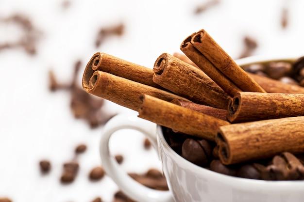Bâtons de cannelle et grains de café Photo Premium