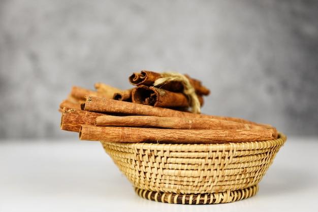 Bâtons de cannelle sur le panier d'herbes et d'épices à cuire Photo Premium