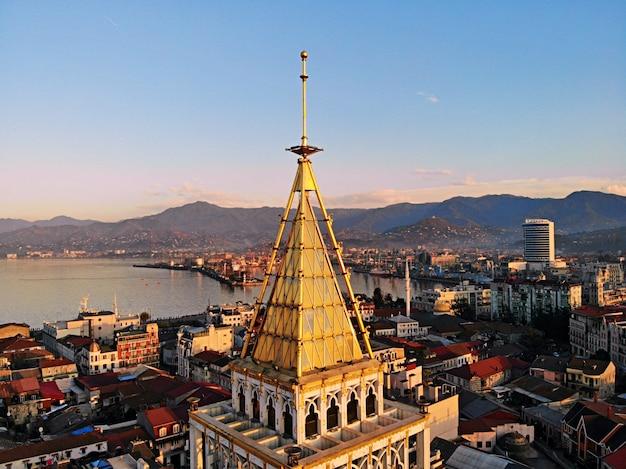 Batoumi D'en Haut. Photo Aérienne D'un Drone. Ville Balnéaire Géorgienne. Belle Vue Panoramique Sur La Ville. Mer Noire Photo Premium