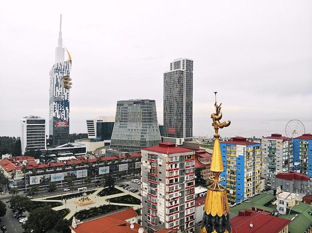Batoumi D'en Haut. Photo Aérienne D'un Drone. Ville Balnéaire Géorgienne. Belle Vue Panoramique Sur La Ville. Monument Sur Le Toit. Photo Premium