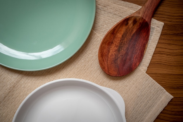 La batterie de cuisine consiste en un plat blanc, une assiette verte Photo Premium