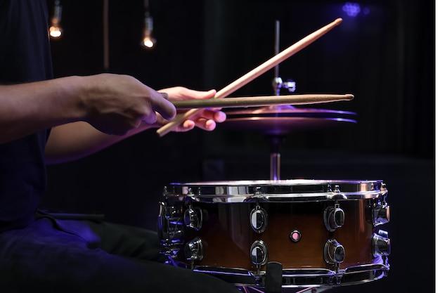Batteur Jouant Des Baguettes Sur Une Caisse Claire Dans L'obscurité. Concept De Concert Et De Performance En Direct. Photo gratuit