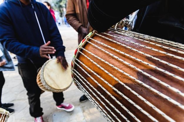 Les batteurs africains soufflant leurs bongos dans la rue. Photo Premium