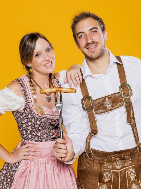 Bavarois et femme posant Photo gratuit