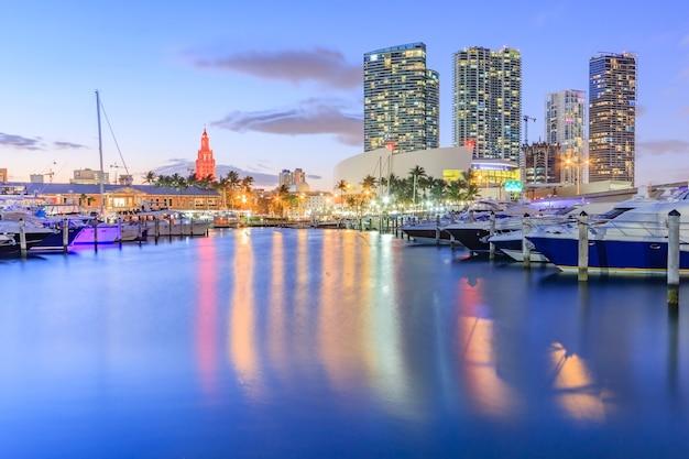 Bayside marketplace au crépuscule à miami, en floride. Photo Premium