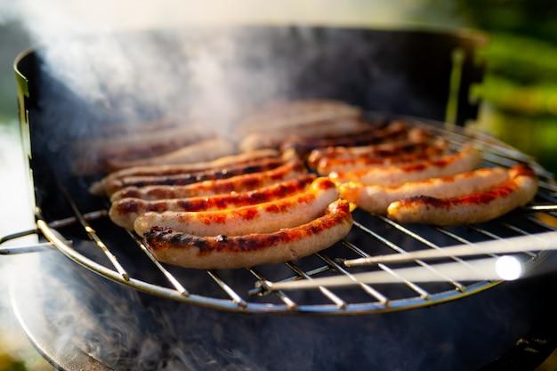 Bbq avec des saucisses sur le gril Photo Premium