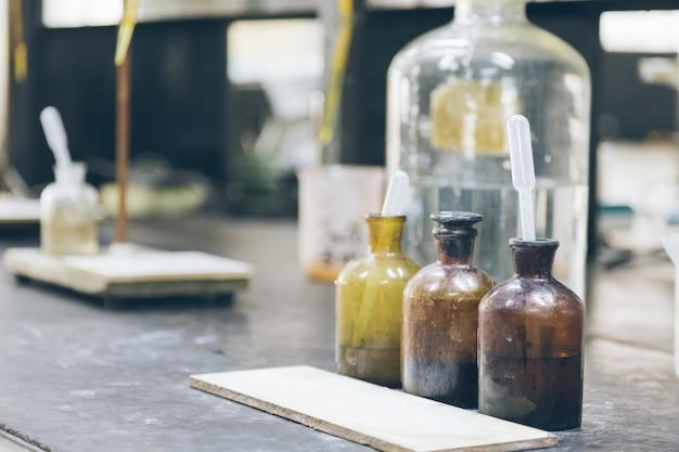 Beakers et équipement sur table en laboratoire d'usine Photo gratuit