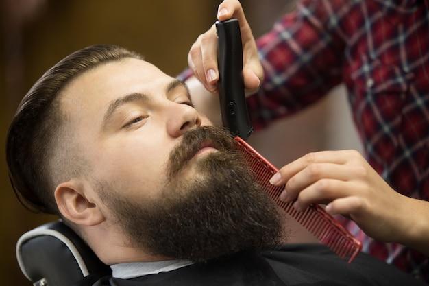 Beard Grooming Close-up Shot Photo gratuit