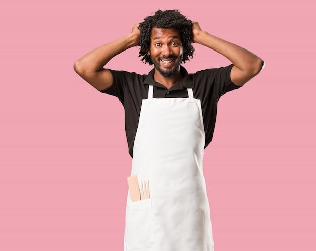 Beau boulanger afro-américain fou et désespéré, criant hors de contrôle Photo Premium