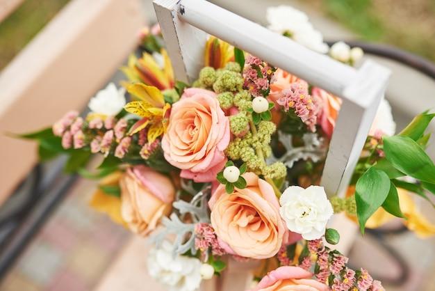 Beau Bouquet Dans Un Vase Décoration De Fleurs En Cérémonie De Mariage. Photo gratuit