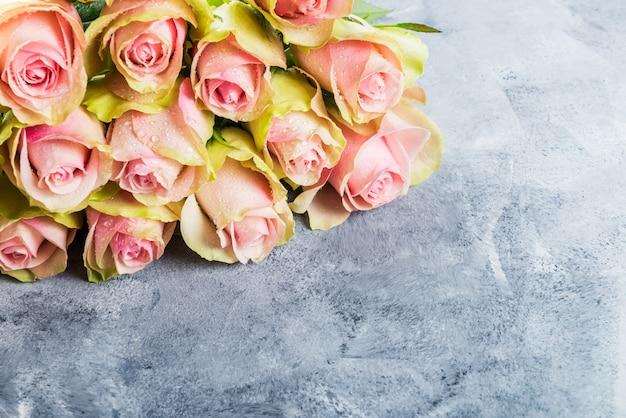 Beau bouquet de deux roses colorées Photo Premium