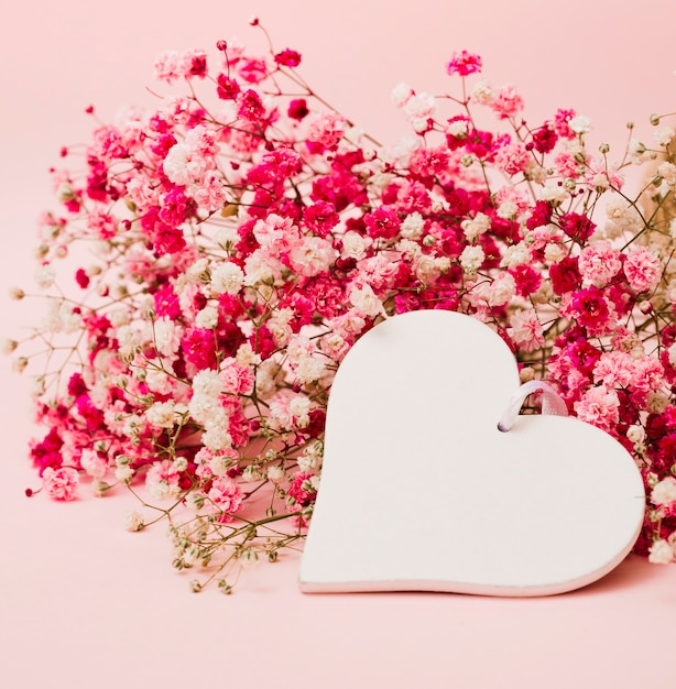 Beau bouquet de fleurs d 39 haleine de b b avec forme de coeur blanc sur fond rose t l charger - Bouquet de roses en forme de coeur ...