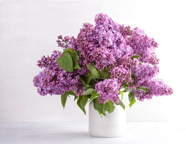 Beau bouquet de fleurs de lilas fraîches Photo Premium