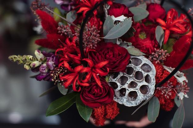 Beau bouquet de fleurs mélangées avec des pivoines. Photo Premium