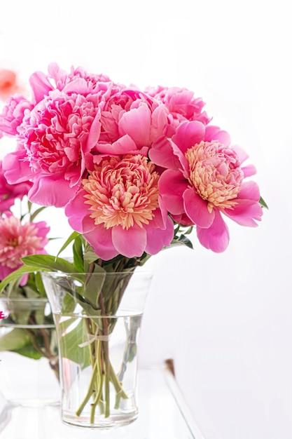 Beau Bouquet De Fleurs De Pivoine Fraîche Dans Un Vase En Verre Transparent Sur Fond Blanc ...