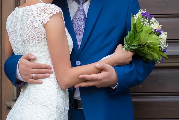 Beau Bouquet De Mariage Entre Les Mains De La Mariée Et Le Marié Se Bouchent Photo Premium